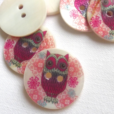 Pearl button printed with a pink owl