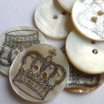 Pearl button printed with a crown