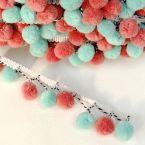 Bandje met pompons in muntgroen en roodoranje