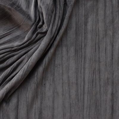 Tissu en velours milleraies froissé gris