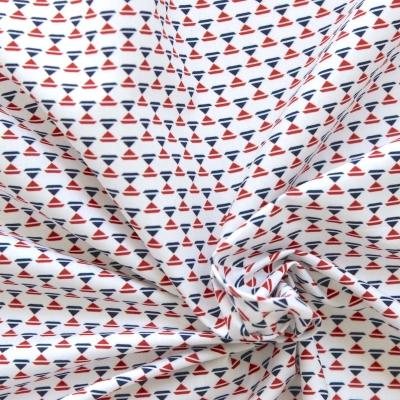 Popeline de coton petit imprimé triangle bleu et rouge