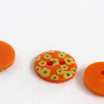 Oranje polyester knoop met witte bloem van 1,8 cm