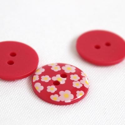Rode polyester knoop met witte bloem van 1,8 cm