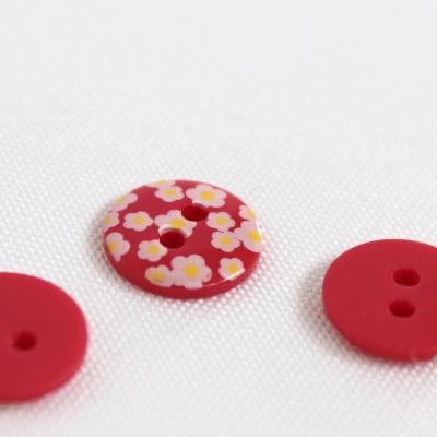 Bouton rouge à fleurs blanches 1,2 cm