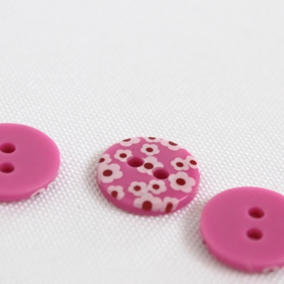 Roze polyester knoop met witte bloem van 1,2 cm