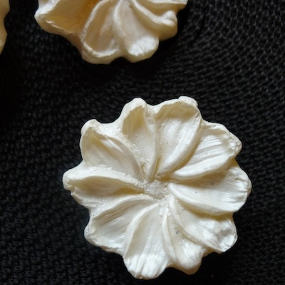 Bouton vintage en résine blanc
