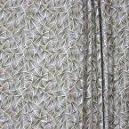 Stof bedrukt met dennennaalden - gebleekt wit achtergrond