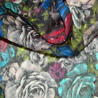 Groene crêpe zijde met witte, roze en blauwe bloemen