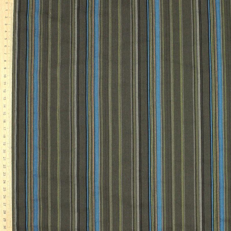 Kaki en blauw gestreepte katoen stof op witte achtergrond