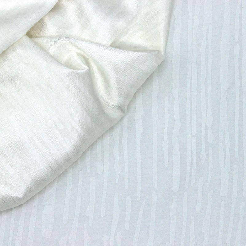 Witte satijn viscose stof geel gestreept