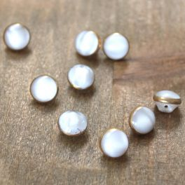 Oval button with white spots - cream