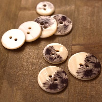 Button with flowers - beige