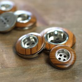 Button with metal and wood aspect
