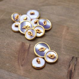 Button with golden metal and pearly lila aspect
