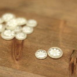Tweekleurige doorzichtige en witte knoop