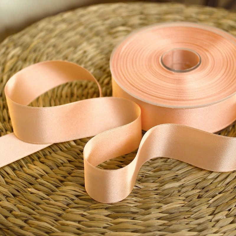 Le ruban satin double face est doux et soyeux, il  permet de décorer vos vêtements ou vos accessoires .Facile à utiliser et disp