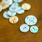 Bouton en nacre bleuté à motif multicolore géométrique