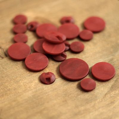 Bouton rond en résine rouge