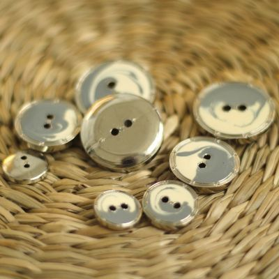 Button with metal aspect - grey and cream