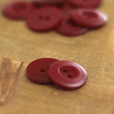 Bouton rond en résine rouge carmin