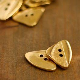 Bouton triangulaire aspect métal doré