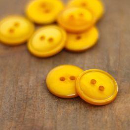 Bouton en résine ocre jaune aspect nacré