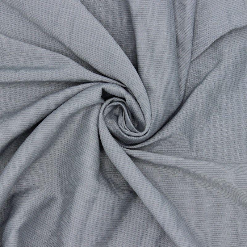 Tissu vestimentaire gris à fines rayures