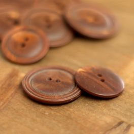 Round button with pearly aspect - hazelnut brown