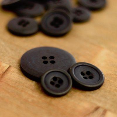 Round resin button - black