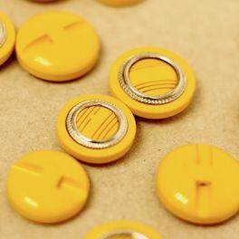 Bouton fantaisie jaune et aspect métal