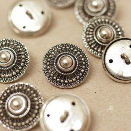 Bouton en métal argenté style Byzantin