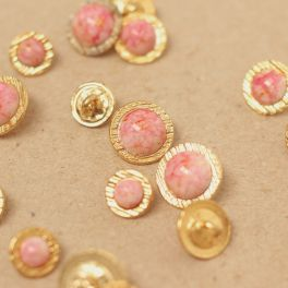 Cabochon button with gold metal and marbled pink