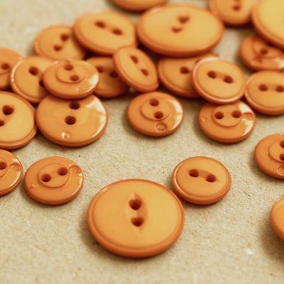 Bouton rond en résine orange brûlée