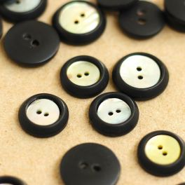 Round resin button - black and pearly