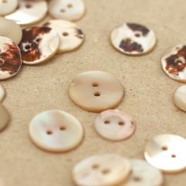 Round button with pearly aspect