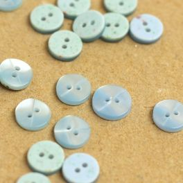 Round resin button - pearly blue