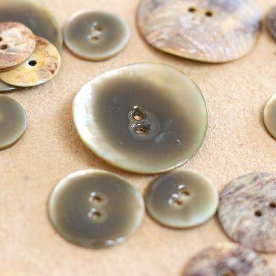 bouton en nacre gris