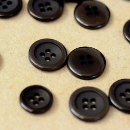 Round resin button 4 holes - black