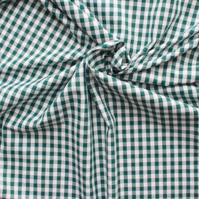 Tissu en coton à carreaux verts sur fond blanc