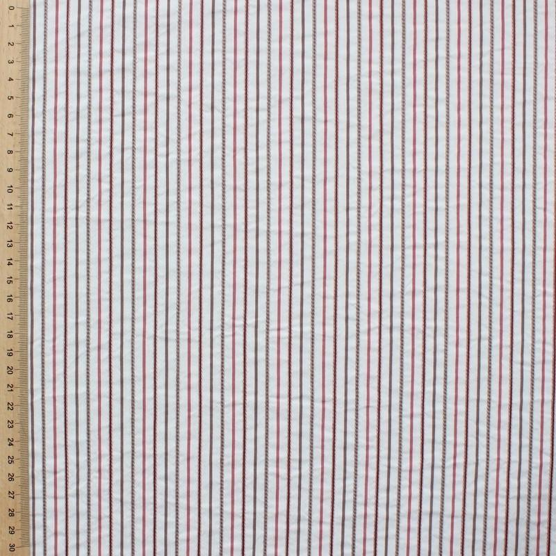Tissu en coton à lignes rouges et brunes sur fond blanc