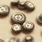 bouton nacré en résine à fleurs argentée