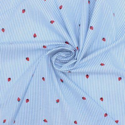Tissu Seersucker ligné fraises - ciel et blanc
