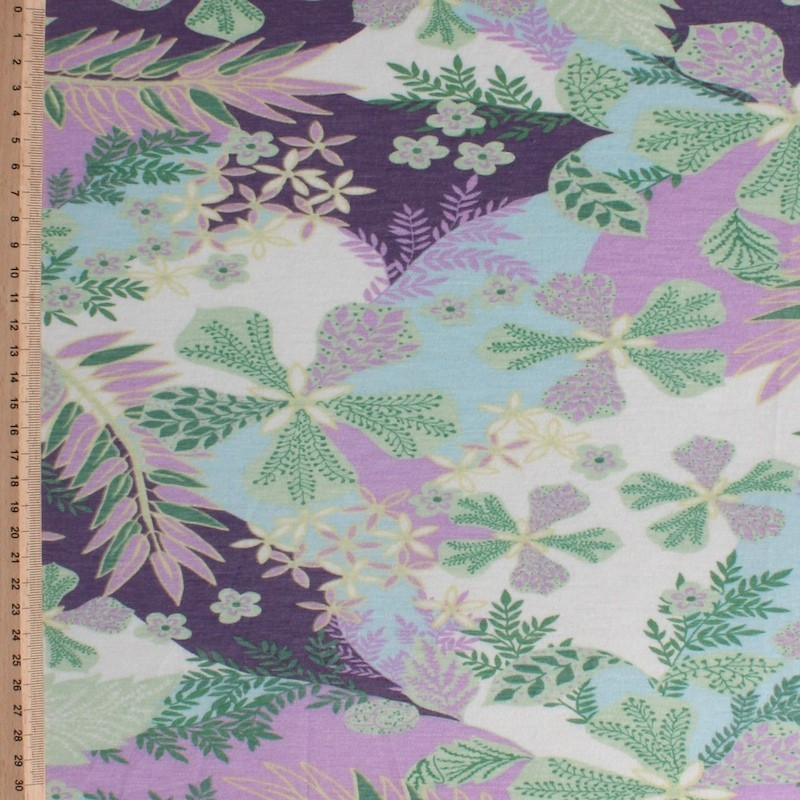 Jersey stof met paarse en groene bloemen op witte achtergrond