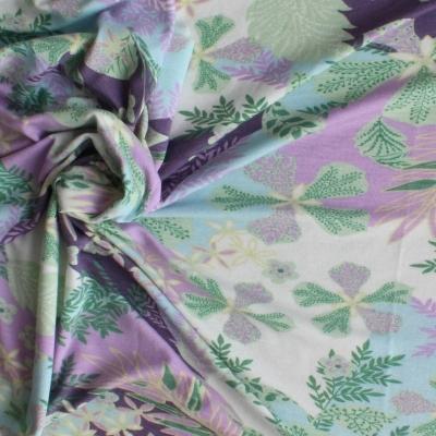 Jersey à fleurs mauves et vertes sur fond blanc