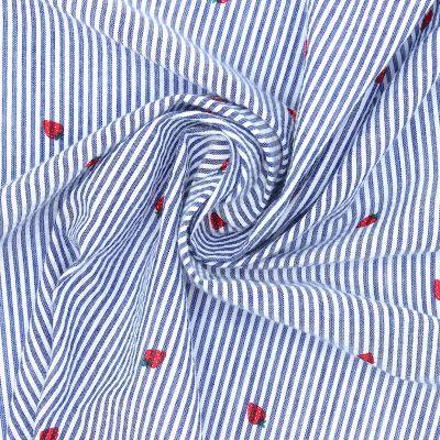 Gestreepte Seersucker stof  met aardbeien - blauw en wit