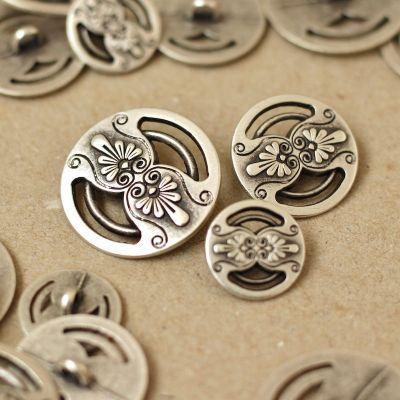 Boutons avec fleurs en métal argenté