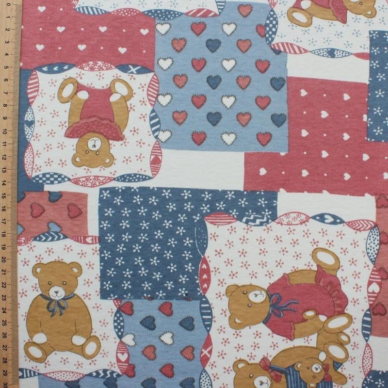 Jersey katoen en polyester stof met beige beren op rode, blauwe en witte achtergond