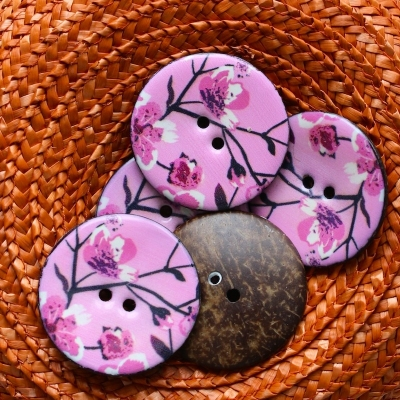 Coco button with pink flowers 4,5 cm