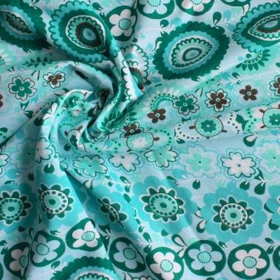 Jersey van katoen stof met bloemen op blauwe achtergrond