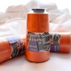 Oranje spoel voor naaien en afwerken